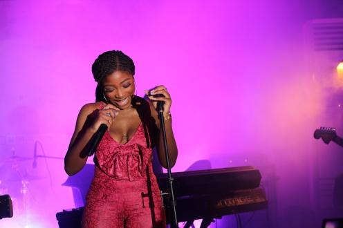 Nissi performing